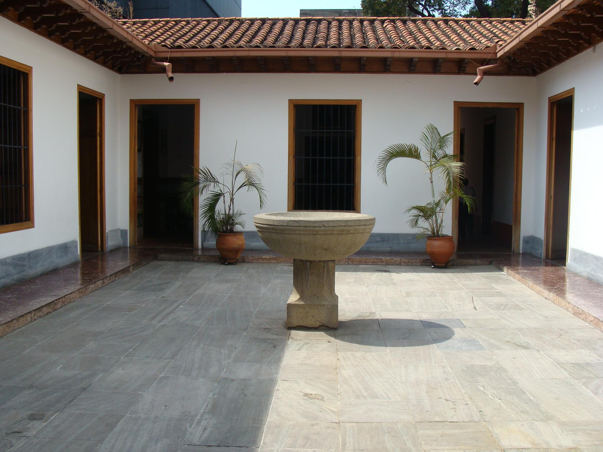 Pila bautismal en el Patio de la casa